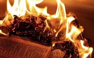 (Bild: Jason Verwey) Bücherverbrennung im 21. Jahrhundert